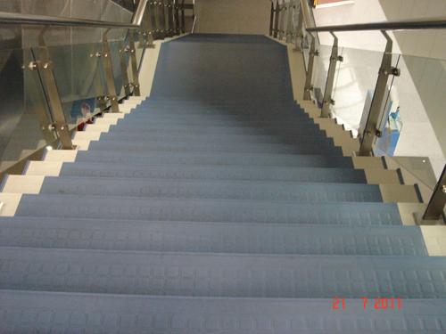 青岛机场楼梯安装防滑地板